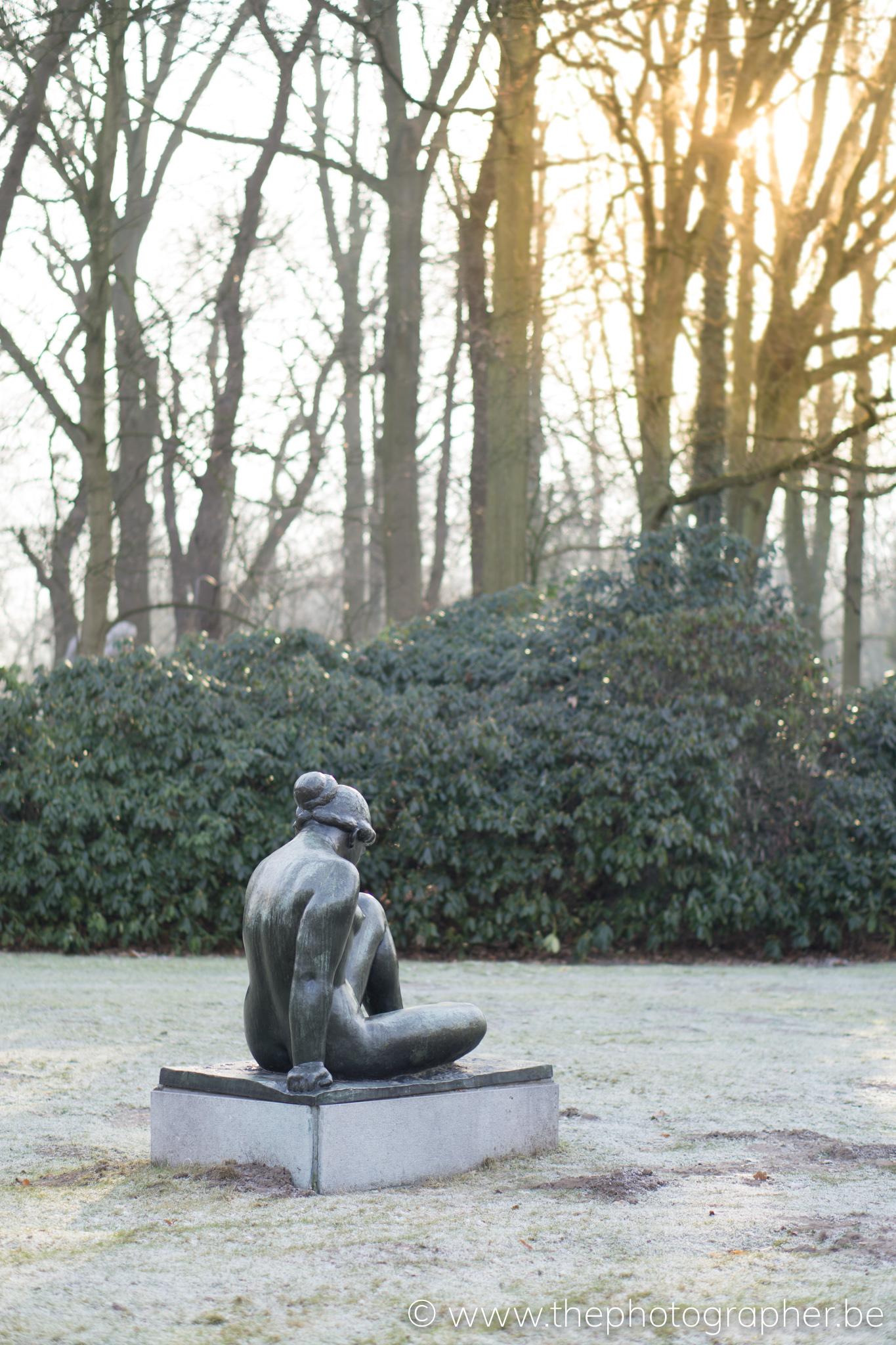 Een eenzaam standbeeld in Middelheimpark, Antwerpen
