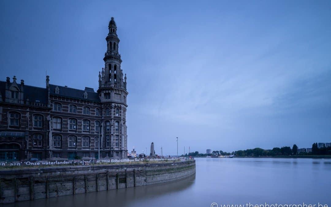 Maansverduistering op een blauwe maandag in Antwerpen