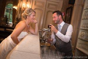 Een grappige huwelijksfoto aan de toog