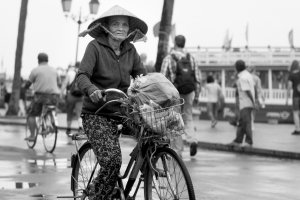 Fietsen door de oude straten van Hoi An, Vietnam