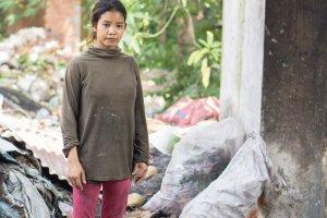 Een jonge vrouw op een werkplaats in Cambodja