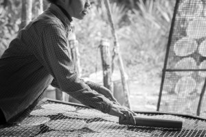 Het fijne handenwerk van een vrouw in Cambodja